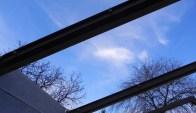 Hier im Gegenlicht fand ich ja den Himmel in seinem Blau so faszinierend, trotzdem kann man erkennen, dass das Holz mit Maschinenschrauben befestigt wurde.