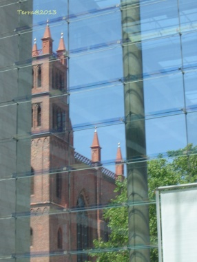 Die Friedrichswerdersche Kirche als Spiegelung im Auswärtigen Amt. This church is reflected by the front of the Federal Foreign Office.